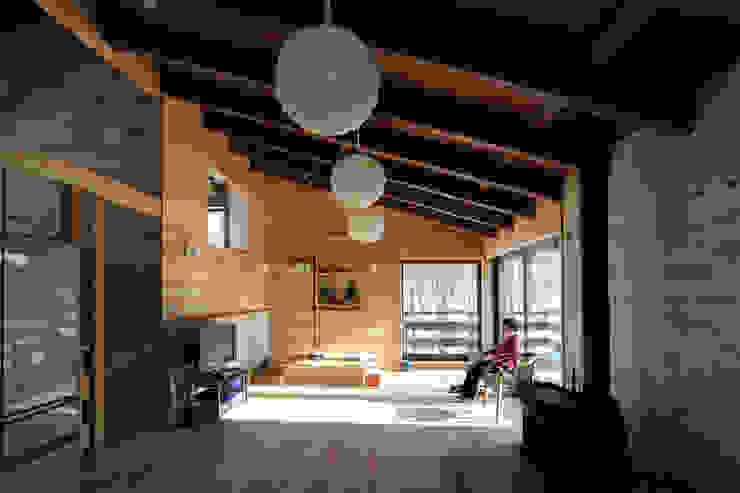 光が射す自然素材のリビング: 一級建築士事務所 クレアシオン・アーキテクツが手掛けたリビングです。,北欧
