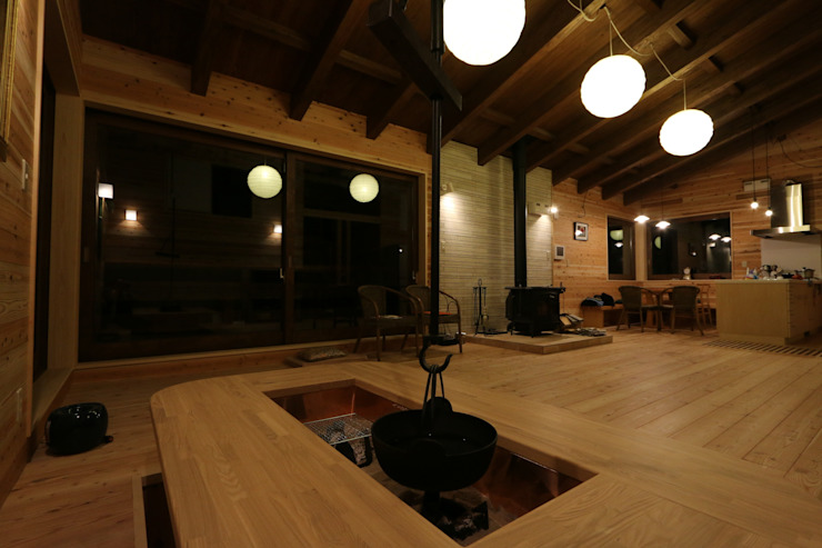 囲炉裏の付いたテーブル: 一級建築士事務所 クレアシオン・アーキテクツが手掛けた現代のです。,モダン