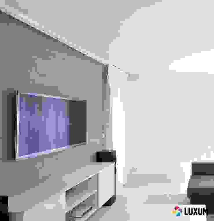 Płyty betonowe w salonie Nowoczesny salon od Luxum Nowoczesny