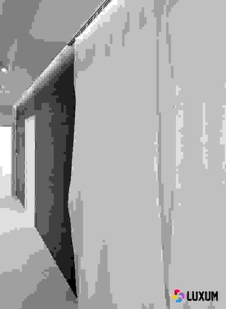 Beton architektoniczny Nowoczesny salon od Luxum Nowoczesny