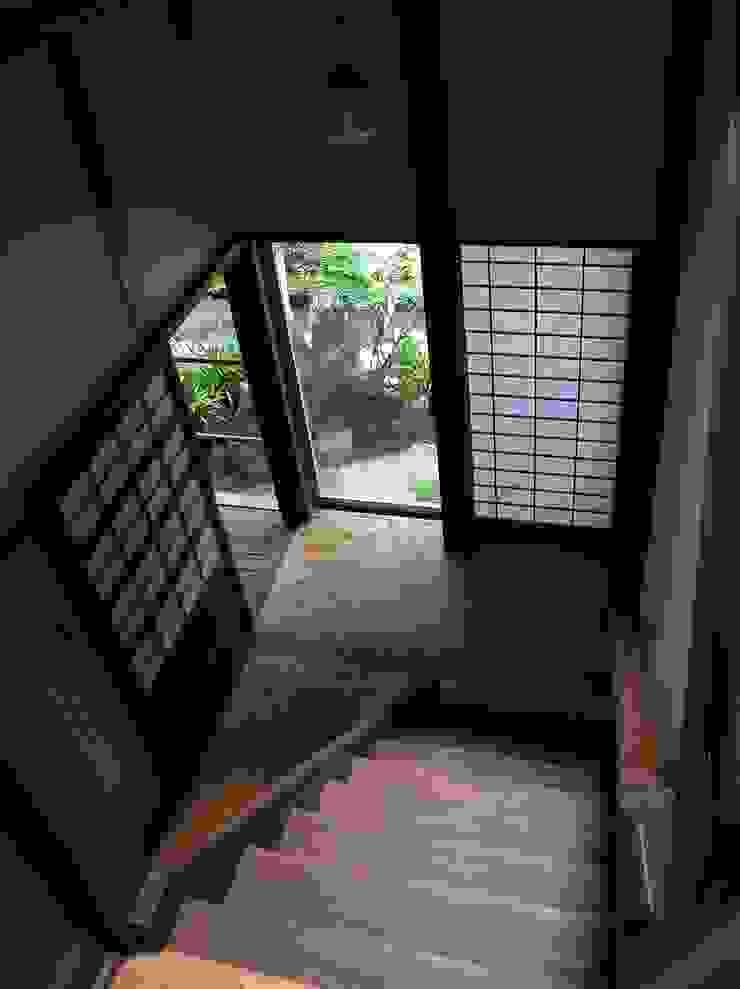 1階廊下: ie工房 弘祐が手掛けたクラシックです。,クラシック