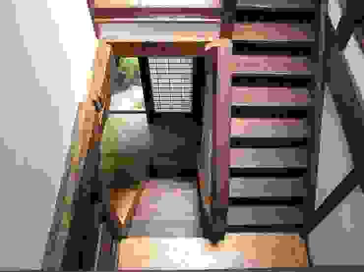 2階踊り場1階を見る: ie工房 弘祐が手掛けたクラシックです。,クラシック