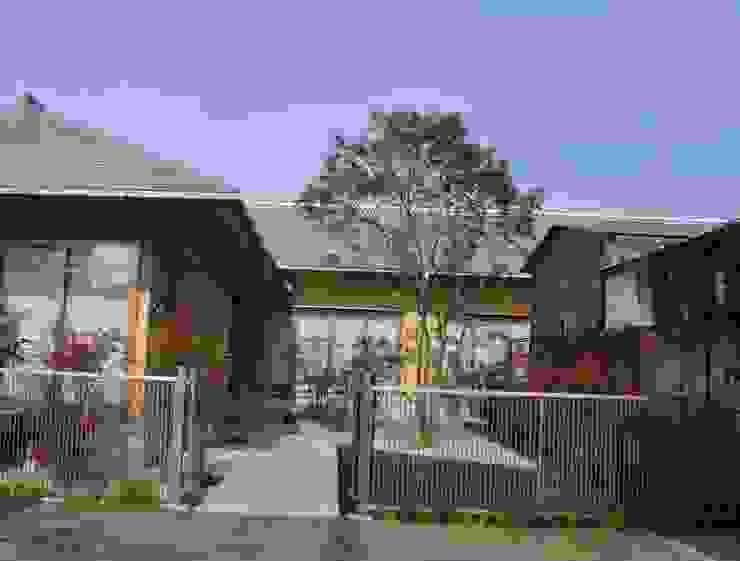 扉開き玄関へ続く前庭を造る の 樹・中村昌平建築事務所 モダン