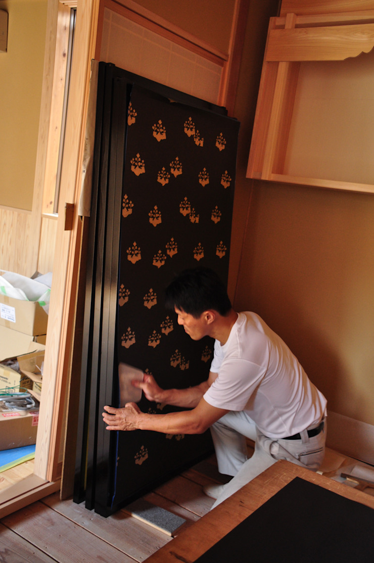 金ヘラをあて角の紙を切り落とす作業 モダンな 窓&ドア の 樹・中村昌平建築事務所 モダン
