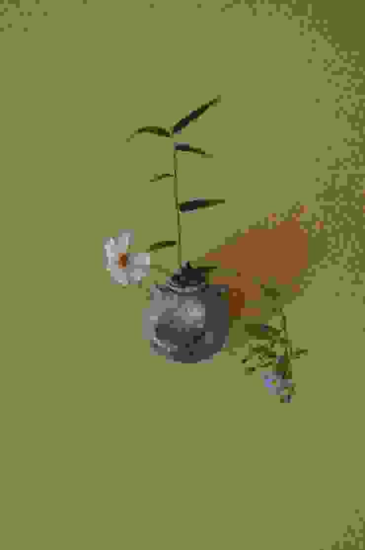 伝承・壁1枚を 床の間に 見立てる掛け花飾り: 樹・中村昌平建築事務所が手掛けた現代のです。,モダン