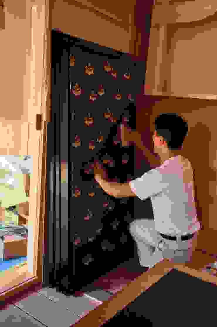 刷毛を撫で付け空気を押し出す作業 モダンな 窓&ドア の 樹・中村昌平建築事務所 モダン