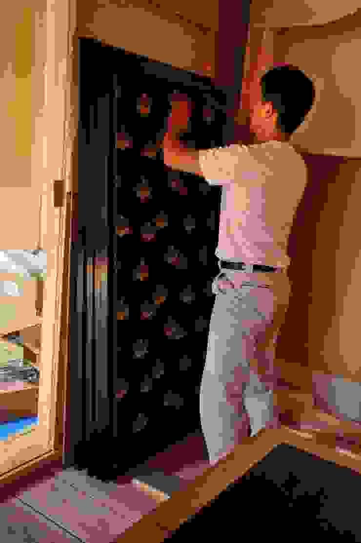 竹ヘラを用い角の紙の浮上がりを無くす作業 モダンな 窓&ドア の 樹・中村昌平建築事務所 モダン