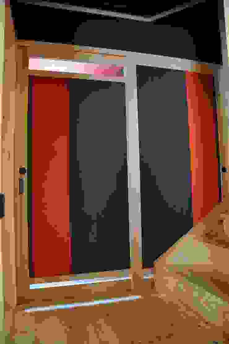階階段ホール・ WC表側戸に紅と黒の帯を張る: 樹・中村昌平建築事務所が手掛けた現代のです。,モダン