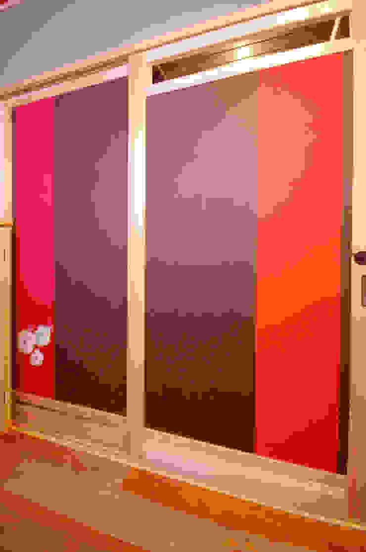 WC内側戸に花を刺しゅうした帯を張る: 樹・中村昌平建築事務所が手掛けた現代のです。,モダン