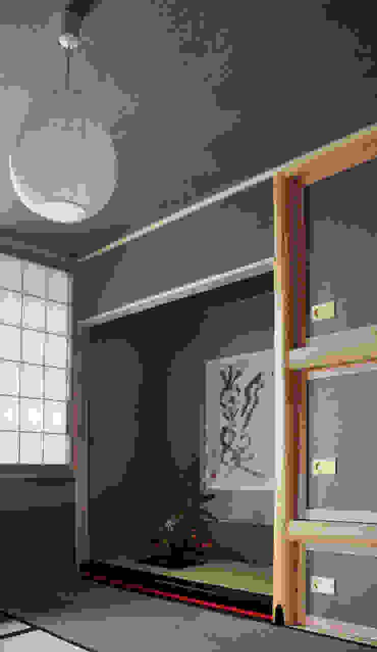 茶室床の間・襖紙と天井は西ノ内手漉き和紙: 樹・中村昌平建築事務所が手掛けた現代のです。,モダン