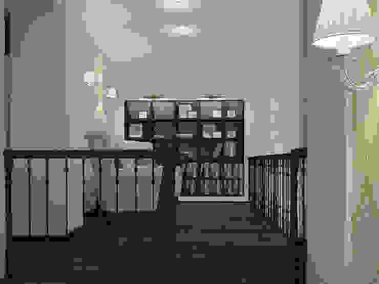 коттедж пос.Кисловка,томск 2014 Коридор, прихожая и лестница в классическом стиле от IDstudio Классический
