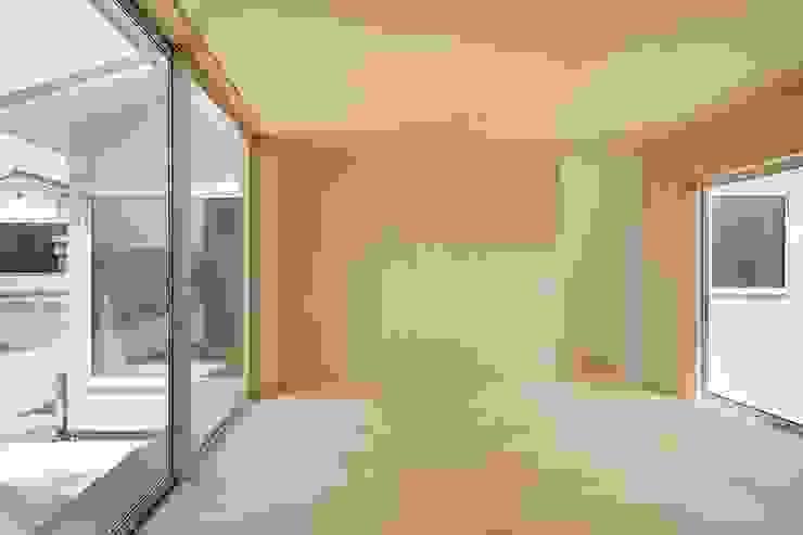 3つの屋根 / Triple Roof 市原忍建築設計事務所 / Shinobu Ichihara Architects モダンデザインの リビング
