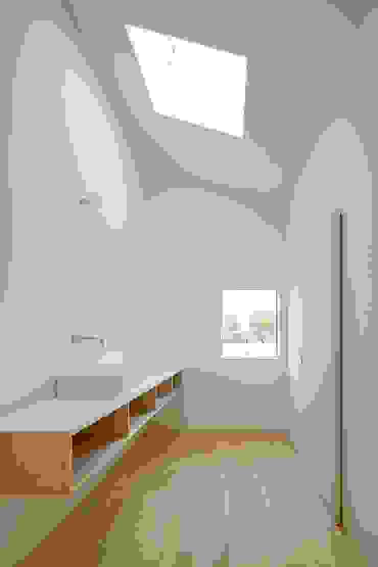 3つの屋根 / Triple Roof 市原忍建築設計事務所 / Shinobu Ichihara Architects モダンスタイルの お風呂