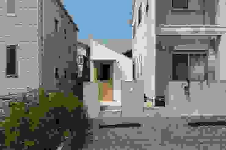 Garasi Modern Oleh 市原忍建築設計事務所 / Shinobu Ichihara Architects Modern