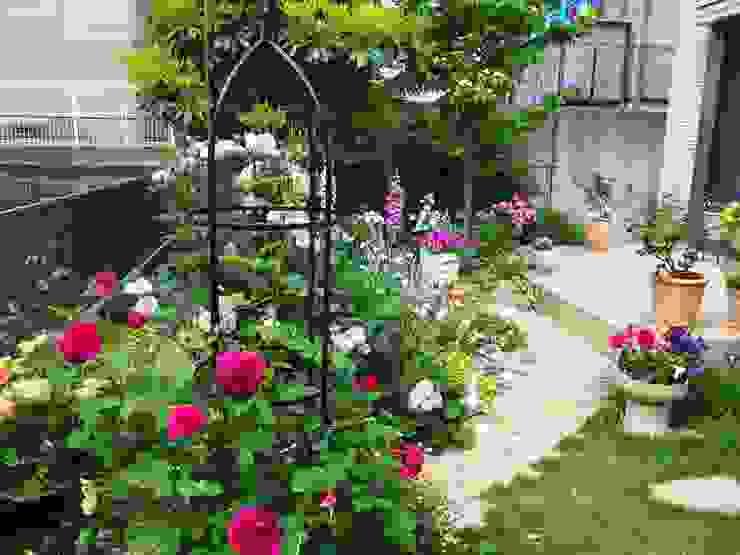 薔薇の庭に: 有限会社 KI・KO・RI GARDEN DESIGNが手掛けた現代のです。,モダン