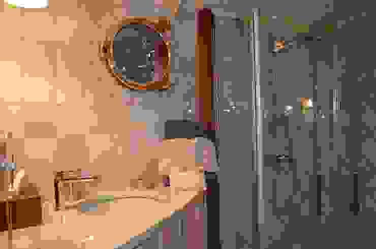Péniche Savannah sur le Canal du Midi Salle de bain classique par ID SPACE Classique