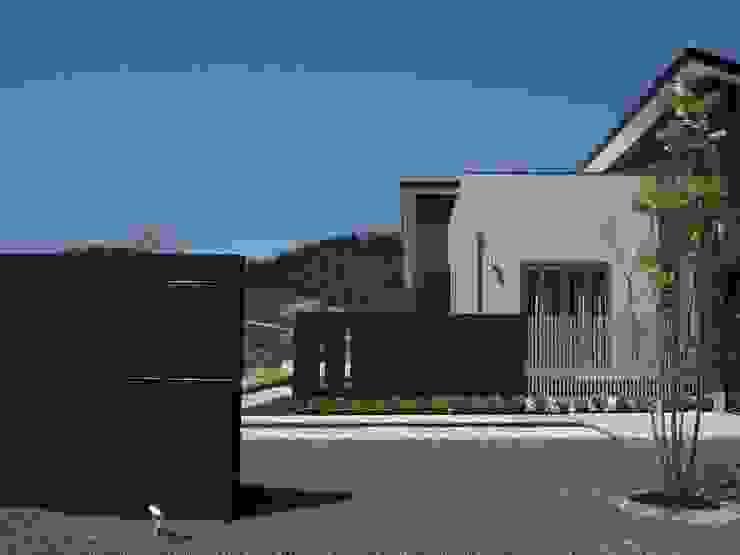exterior Y-house.〈ファサード〉 モダンな庭 の フラワーチルドレン(Flower children ) モダン