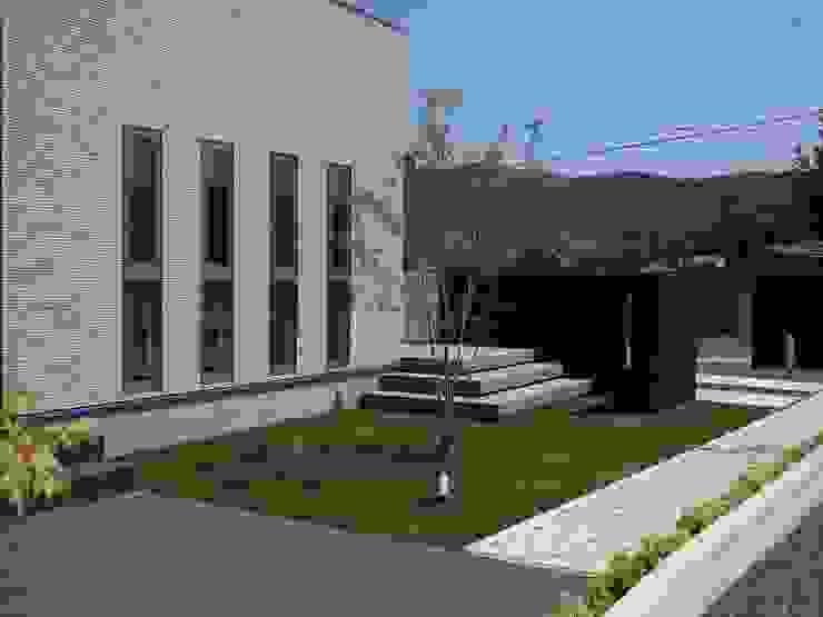 exterior Y-house.〈ガーデン+デッキテラス〉 モダンな庭 の フラワーチルドレン(Flower children ) モダン