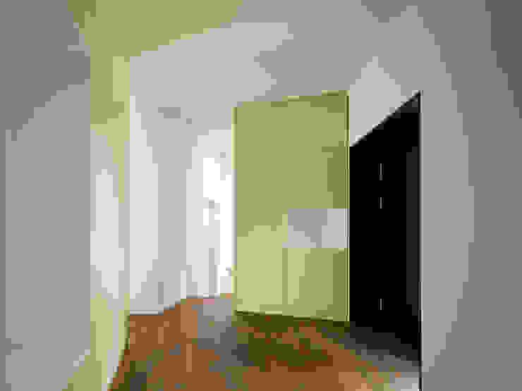 Nowoczesny korytarz, przedpokój i schody od homify Nowoczesny