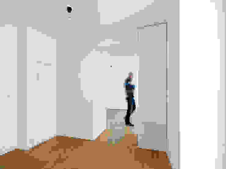 Pasillos, vestíbulos y escaleras de estilo moderno de IFUB* Moderno