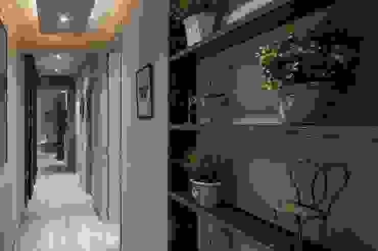 Detalle de plantas y sensación desde otro ángulo Time2dsign Pasillos, vestíbulos y escaleras de estilo moderno