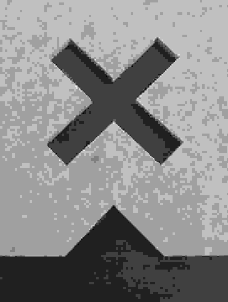 Detail uitsparing van vloerkleed Kisses op een donkere vloer van Evelien Lulofs Scandinavisch