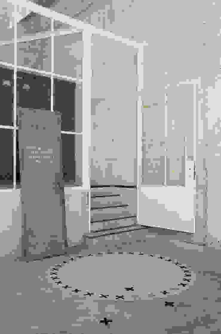 Vloerkleed Kisses in een industriele omgeving van Evelien Lulofs Industrieel