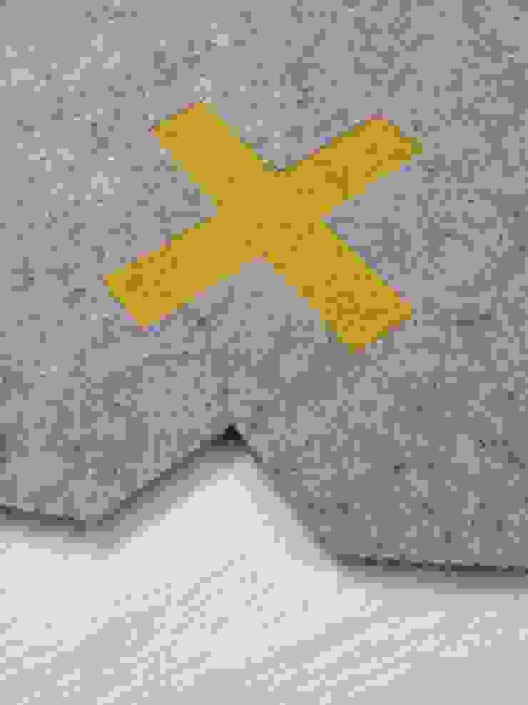 Detail van vloerkleed Kisses met geel x-je als puzzelstuk van Evelien Lulofs Scandinavisch