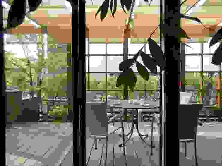 outdoor living 『おうちカフェ』 U-garden.〈部屋内から〉 オリジナルな 庭 の フラワーチルドレン(Flower children ) オリジナル