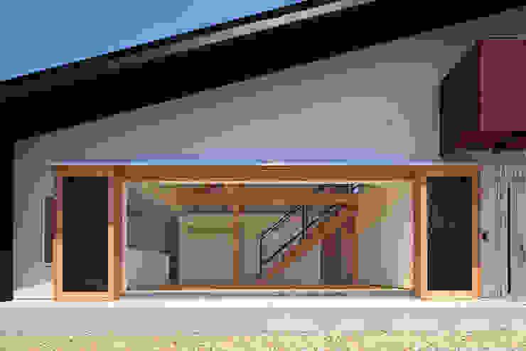 木製サッシを開放ー外観ー モダンな 家 の bound-design モダン