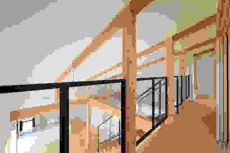 吹抜空間と勾配天井 モダンスタイルの 玄関&廊下&階段 の bound-design モダン