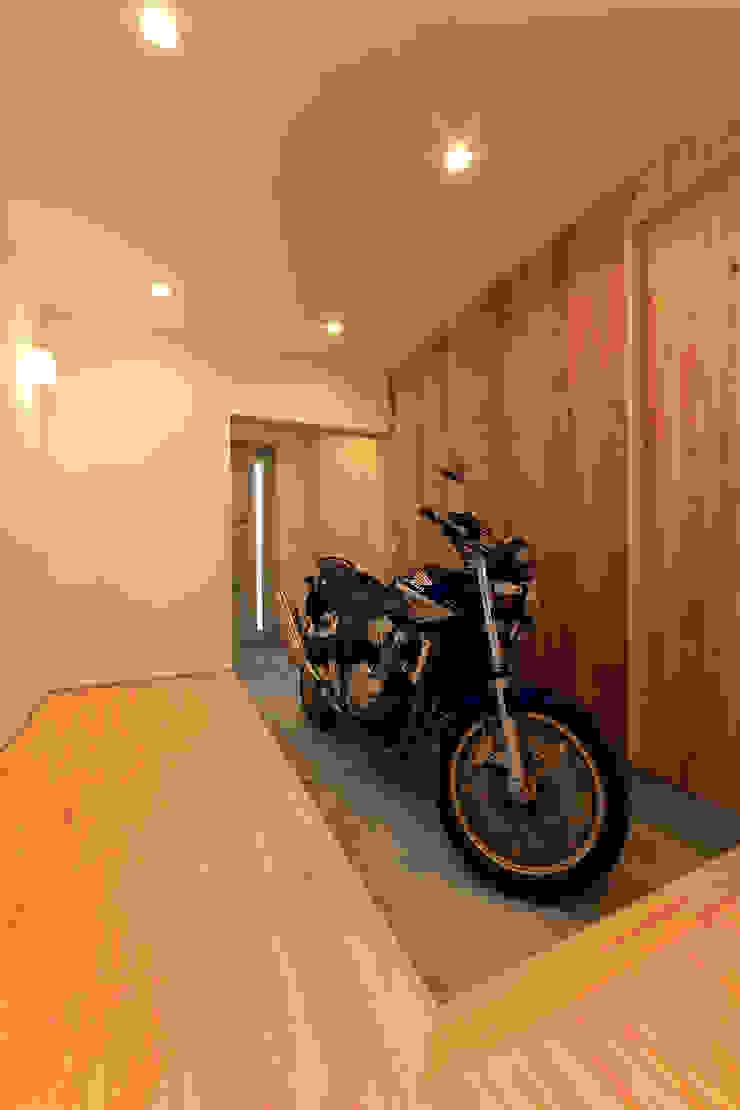 玄関と繋がる書斎 モダンデザインの ガレージ・物置 の bound-design モダン