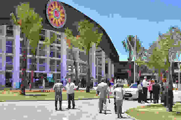 Paisagismo do Outlet Premium Salvador Shopping Centers tropicais por Roncato Paisagismo e Comércio de Plantas Ltda Tropical