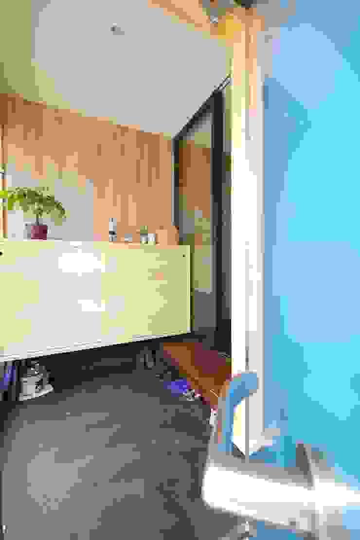 ターコイズブルーのドアと玄関 オリジナルな 窓&ドア の 池田デザイン室(一級建築士事務所) オリジナル