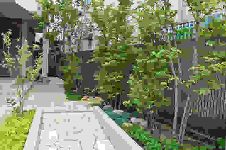 木立の先の玄関を望む オリジナルな 庭 の 新美園 オリジナル