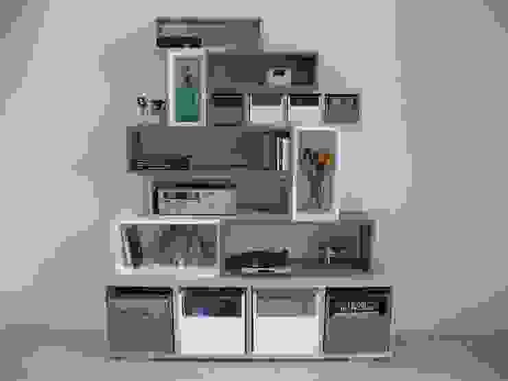 Bibliothèque design en bois massif , colorée, métal par Lartelier Moderne