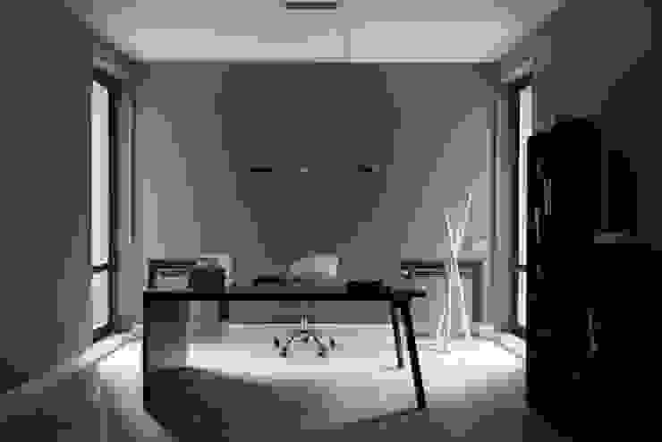Elegant Laconism Nowoczesne domowe biuro i gabinet od Fotograf wnetrz Dymitr Kalasznikow Nowoczesny