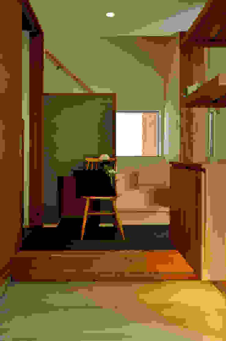 株式会社アトリエカレラ Modern corridor, hallway & stairs