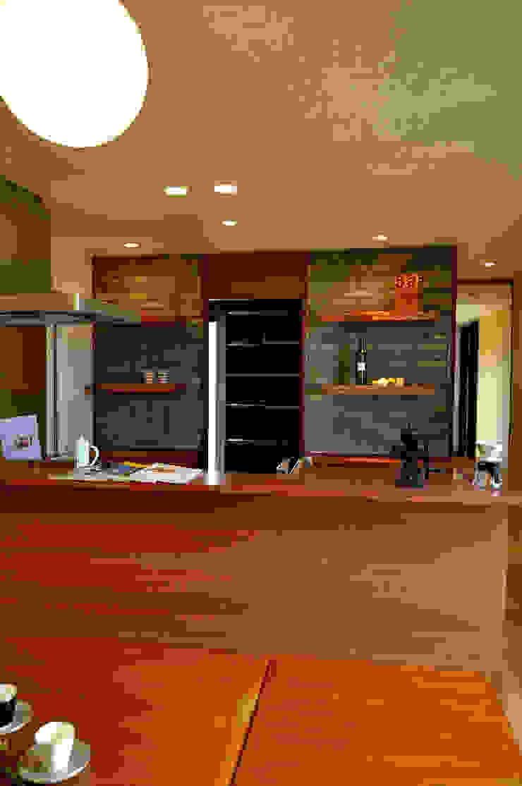 株式会社アトリエカレラ Modern style kitchen