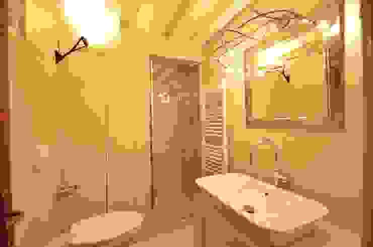 Salle de bain moderne par GUALLA IMMOBILI di FIORAVANZO Paola Moderne