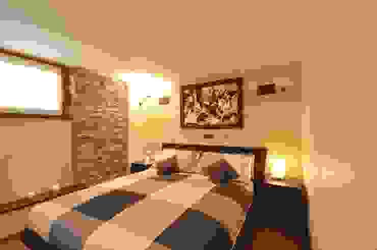 camera da letto matrimoniale con cabina armadio Camera da letto moderna di GUALLA IMMOBILI di FIORAVANZO Paola Moderno