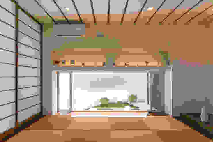 Salones de estilo moderno de 建築工房 亥 Moderno