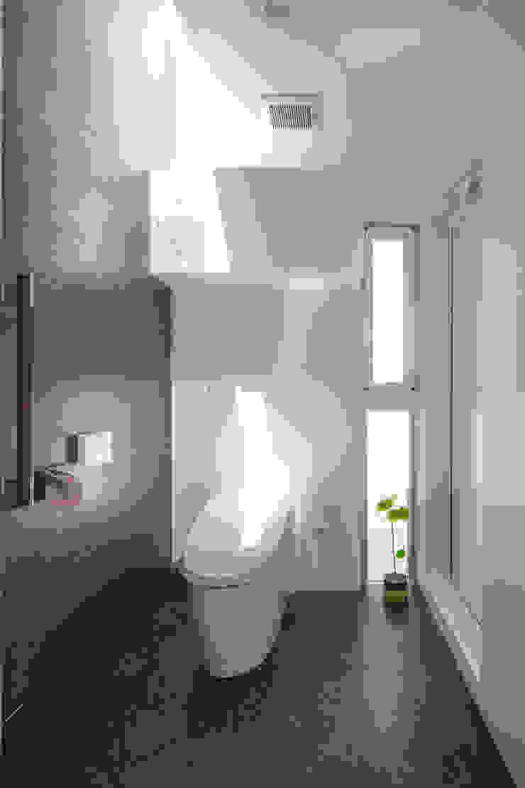 Phòng tắm phong cách hiện đại bởi 建築工房 亥 Hiện đại
