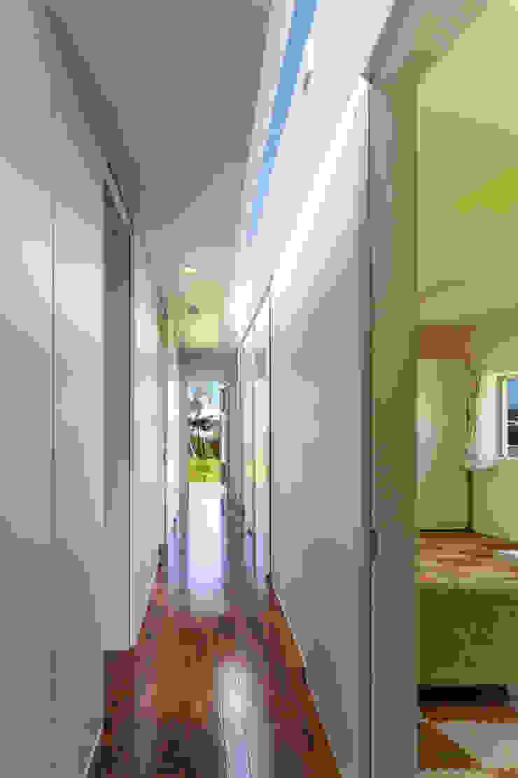 廊下 モダンスタイルの 玄関&廊下&階段 の 建築工房 亥 モダン