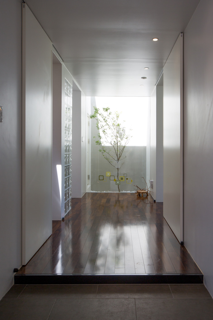 Hành lang, sảnh & cầu thang phong cách hiện đại bởi 建築工房 亥 Hiện đại