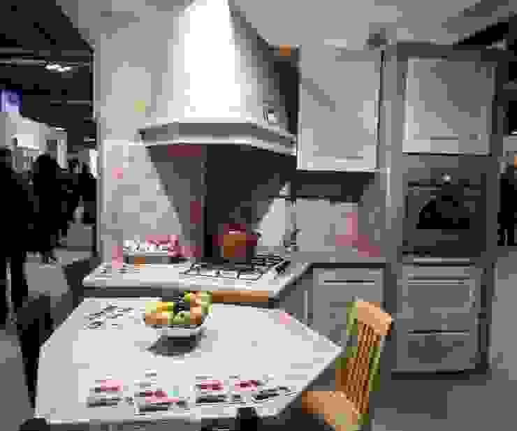 Cucina con tavolo penisola di CORDEL s.r.l. Rustico