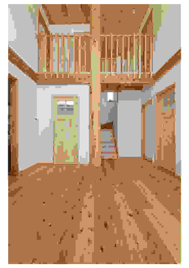 家族を見守る 大黒柱のある家 モダンデザインの リビング の ビオハウジング タケモリ1級建築設計事務所 モダン