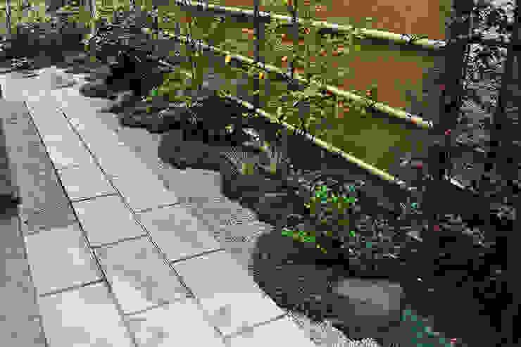 敷石の直線と下草模様 オリジナルな 庭 の 新美園 オリジナル