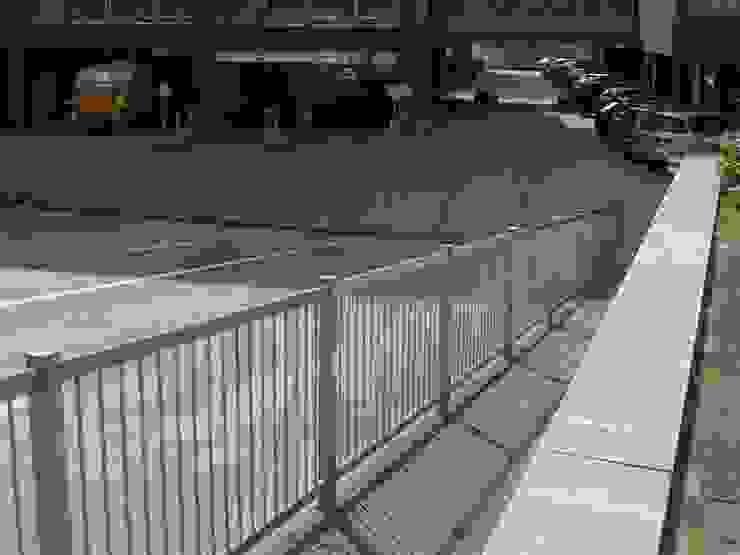 Hekwerk bij toegang van parkeergarage Industriële tuinen van Kouwenbergh Machinefabriek B.V. Industrieel