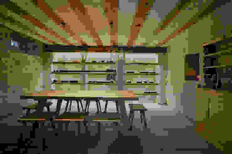 Hầm rượu phong cách mộc mạc bởi Dr. Schmitz-Riol Planungsgesellschaft mbH Mộc mạc